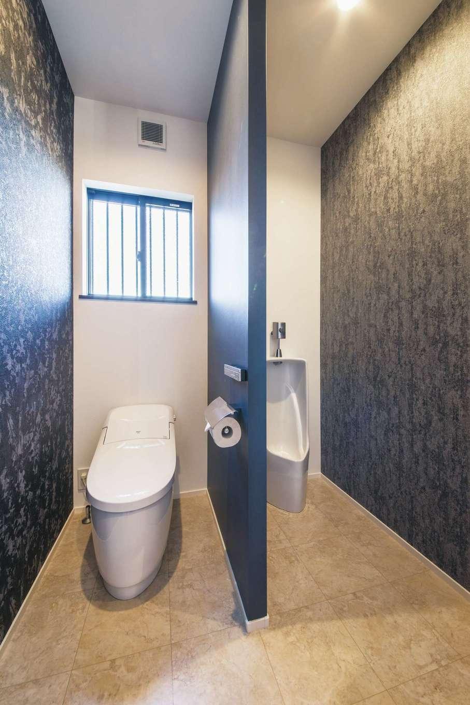 スズイチ【デザイン住宅、平屋、ガレージ】トイレは衛生面に配慮して、女性用と男性用に分けてある
