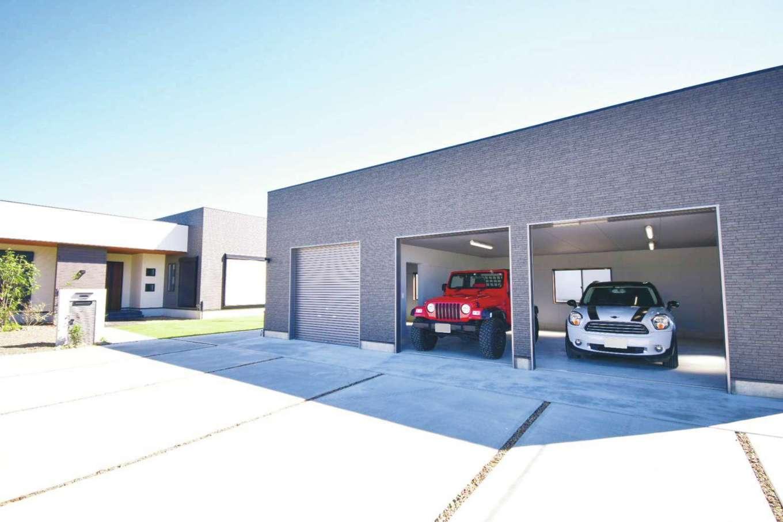 スズイチ【デザイン住宅、平屋、ガレージ】住居の南面に設けた、ご主人の念願のガレージ