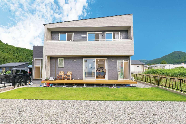 TANAKEN(田中建設)【子育て、自然素材、間取り】空気がきれいで、緑豊かな環境に佇むA邸。シンプルモダンな外観デザインは、何年住んでも飽きることがない。いつでも太陽光発電を設置できるよう、片流れの屋根を採用した