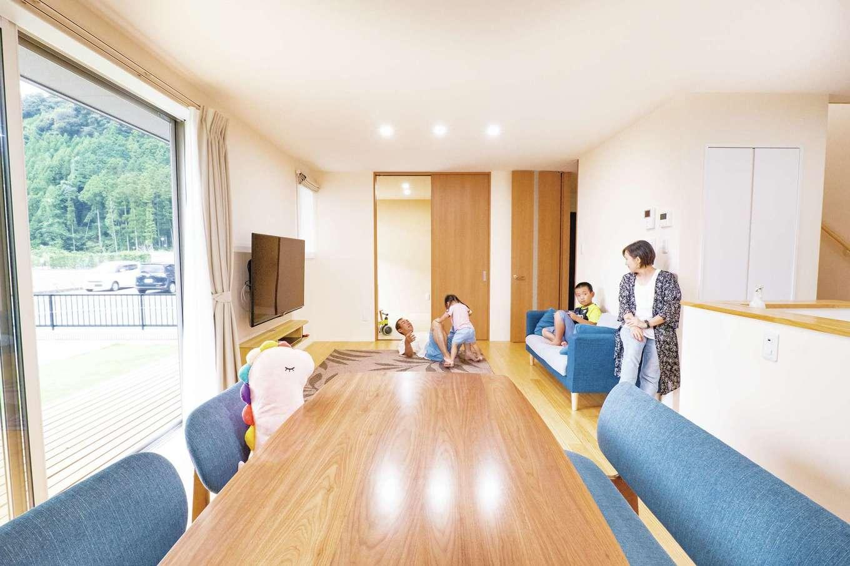 TANAKEN(田中建設)【子育て、自然素材、間取り】天井まで届く南面のハイサッシからたっぷりの光と風を招き入れるLDK。奥には和室もあって、泊まりに来たゲストの寝室にもなる