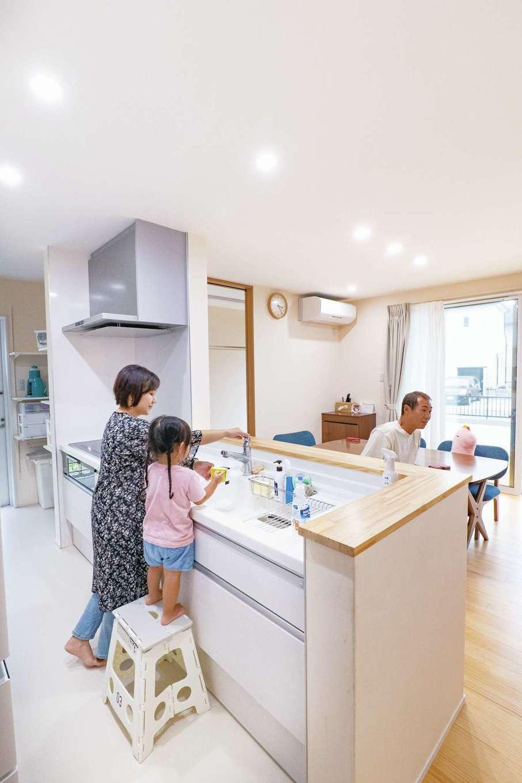 TANAKEN(田中建設)【子育て、自然素材、間取り】家族がどこにいても見渡せる位置にキッチンをレイアウト。パントリー、バックヤードの水回りにも近くて便利。長女も成長してきて積極的にお手伝いしてくれるようになった