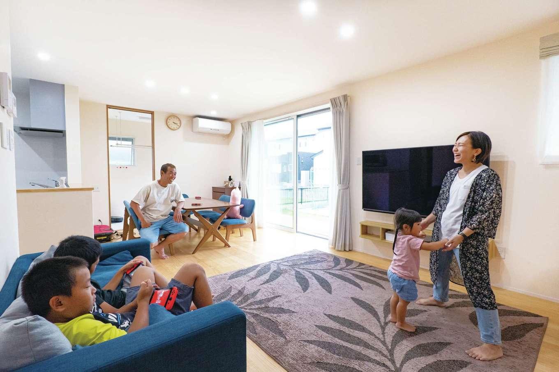 TANAKEN(田中建設)【子育て、自然素材、間取り】家族が自然に集まりたくなる暖かいリビングで、ほっこり過ごす