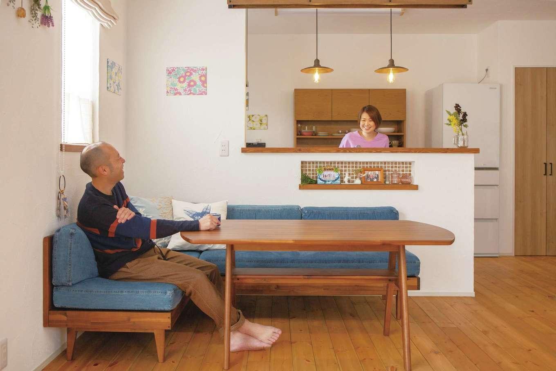 casa carina 浜北(内藤材木店)【デザイン住宅、自然素材、インテリア】レッドパインの床の温かみのある感触が素足に心地よいLDK。粗いタッチで塗ったスイス漆喰の壁がオシャレ感を高めている。キッチンのカウンターはホワイトウッド。同社ならではの上質な無垢材が室内の随所に用いられている