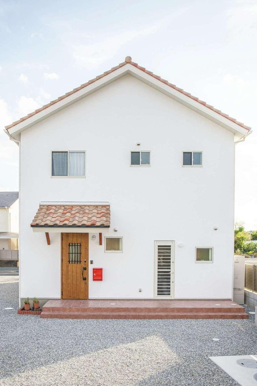 casa carina 浜北(内藤材木店)【デザイン住宅、自然素材、インテリア】三角屋根のかわいい外観。真っ白な漆喰の外壁と南欧風の瓦の素材感が味わい深い