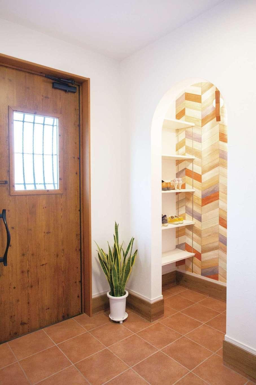 casa carina 浜北(内藤材木店)【デザイン住宅、自然素材、インテリア】玄関のシューズクロークの入り口はR型にし、内部のクロスは華やかな色使いにして変化を付けた
