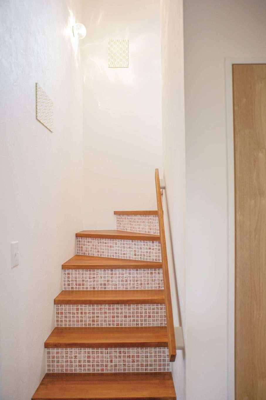 casa carina 浜北(内藤材木店)【デザイン住宅、自然素材、インテリア】モザイクタイルをあしらった階段は「casa carina」の標準仕様