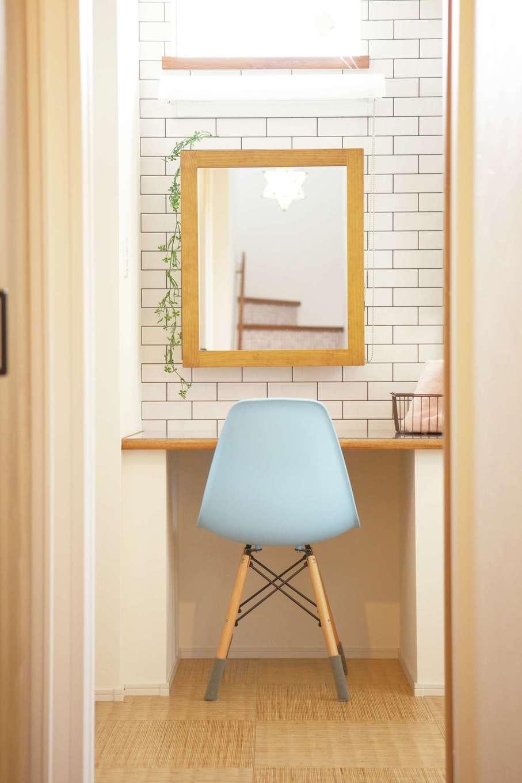 casa carina 浜北(内藤材木店)【デザイン住宅、自然素材、インテリア】洗面スペースに設けたオリジナル・ドレッサー。鏡の後ろは収納棚になっている