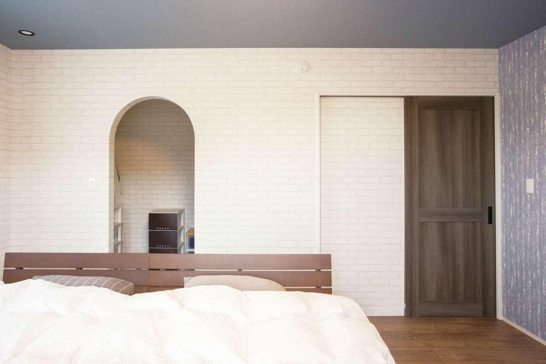 casa carina 浜北(内藤材木店)【デザイン住宅、自然素材、インテリア】寝室のウォークインクローゼットも入り口をR型に。夫妻の衣類をたっぷり収納