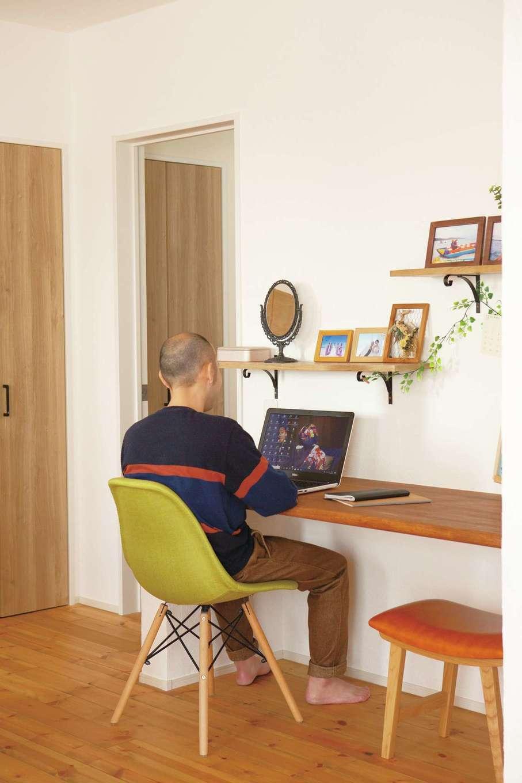 casa carina 浜北(内藤材木店)【デザイン住宅、自然素材、インテリア】ダイニングのスタディカウンターは、PC作業や書き物、将来の子どもの勉強スペースに利用できる多目的スペース。ご主人の在宅ワークの期間中も活躍した。無垢のカウンターは幅と奥行きにゆとりがあり、PCや書類を広げて作業できる。キッチンが近いので、コーヒータイムの支度も便利