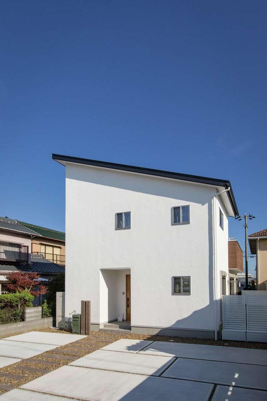 コバケンホーム(小林建設)【子育て】肩流れの屋根がオシャレな外観。漆喰の白壁が青空にキリリと映える。同社の「Blanche」は、オール漆喰&無垢の家を総額2,200万円で実現
