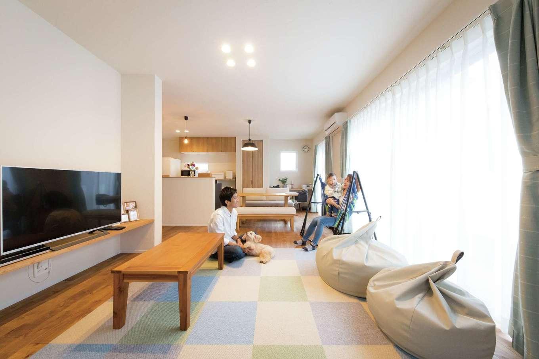 コバケンホーム(小林建設)【子育て】漆喰の壁と天井、そして無垢の床。丸ごと自然素材で仕上げた空間は、いつもアロマのようにやさしい木の香りに包まれている。休日にはカフェスタイルのリビングダイニングで、家族揃ってのんびり過ごすのが日課