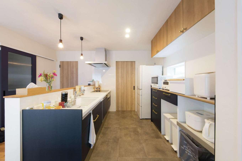 コバケンホーム(小林建設)【子育て】共働き夫妻が一緒に料理の支度をしやすいように、キッチンのワークスペースを広めに確保。キッチン収納も置くものやしまうものに合わせて棚のサイズや奥行きまで細かく設計されている