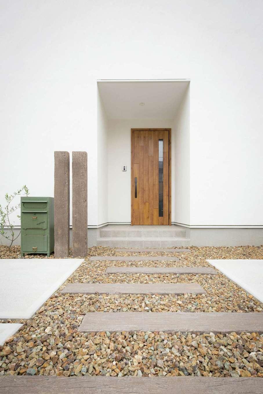 コバケンホーム(小林建設)【子育て】漆喰壁の風合いを活かしたシンプルな設えが素敵な玄関アプローチ。門扉の雰囲気もベストマッチ