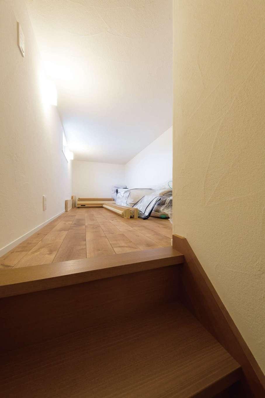 コバケンホーム(小林建設)【子育て】小屋裏スペースは収納だけでなく、子どもたちの隠れ家やご主人が自分時間を過ごす空間など、フレキシブルに利用できる。小屋裏に至る階段もしっかりとつくられているので、大きな荷物の出し入れも安心