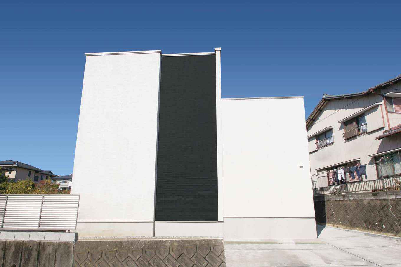デザインハウス【デザイン住宅、スキップフロア、インテリア】エアコンの室外機や屋外給湯器が道路面から見えないようにデザインしたモダンな外観