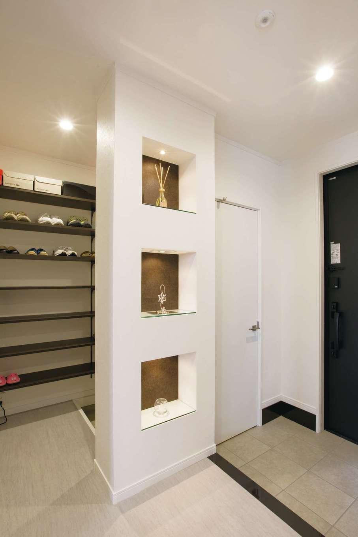 デザインハウス【デザイン住宅、スキップフロア、インテリア】玄関には3段のニッチを設けてある。奥さまのお気に入りの小物を飾ってオシャレに演出