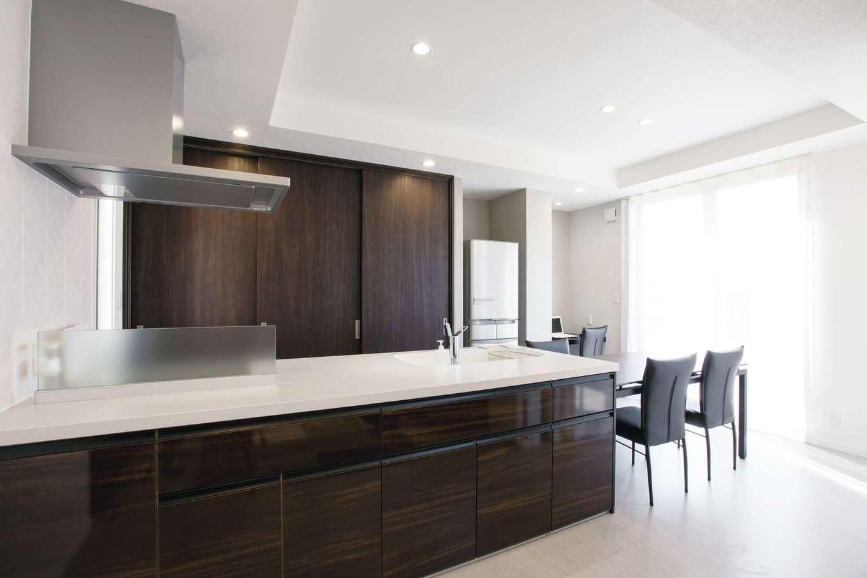 デザインハウス【デザイン住宅、スキップフロア、インテリア】ペニンシュラキッチンとダイニングテーブルを一列に並べて家事ラクを実現。キッチンの横にはスタディカウンターも設けてある