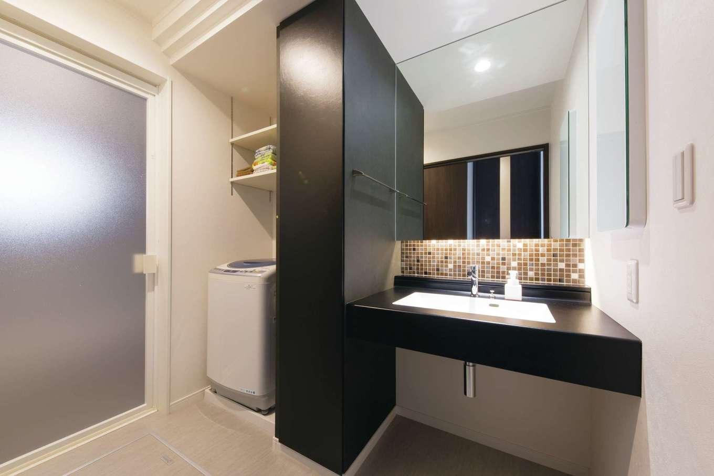 デザインハウス【デザイン住宅、スキップフロア、インテリア】洗面スペースは黒い造作の収納で洗濯機を隠し、モザイクタイルをあしらってクールに演出