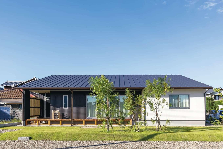 新栄住宅【趣味、自然素材、平屋】広大な敷地を活かした平屋のT邸。屋根と外壁は、丈夫で軽くメンテナンス負担も少ないSGL鋼板を採用した。芝生の庭のシンボルツリーはシマトネリコと杏
