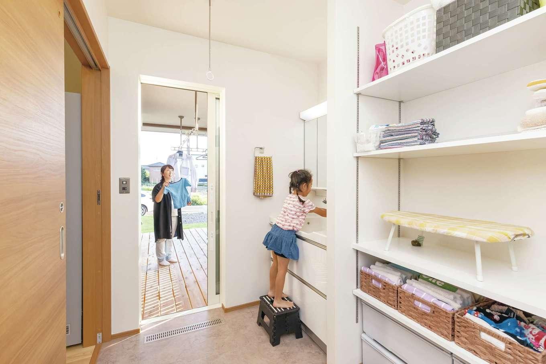 新栄住宅【趣味、自然素材、平屋】キッチンからつながるランドリールームは、洗濯・干す・アイロンがけ・しまうが一か所で済ませられて便利。仕事と家事・子育てを両立する奥さまの時短に貢献