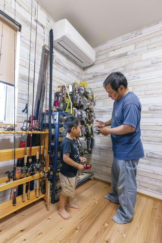 新栄住宅【趣味、自然素材、平屋】玄関から近い場所に設けたご主人の趣味部屋。ルアーと釣竿がずらり