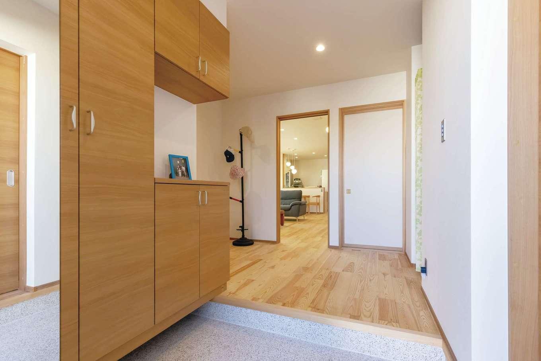 新栄住宅【趣味、自然素材、平屋】広い玄関は帰ってくるたびにホッと癒やされる