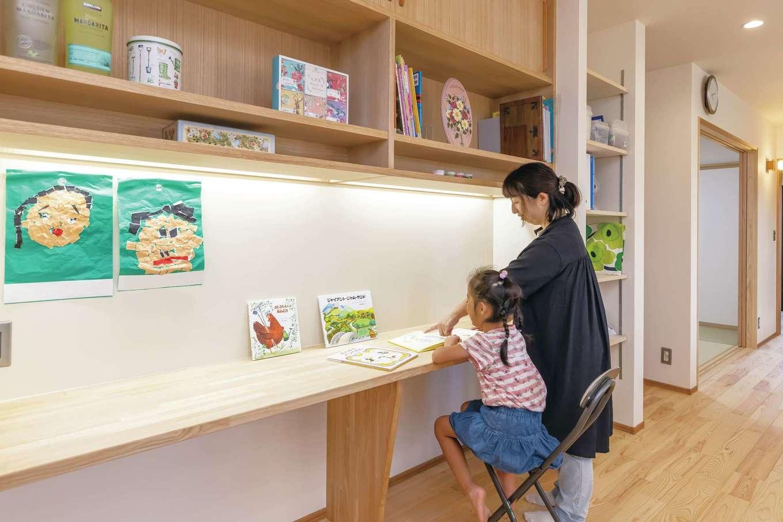 新栄住宅【趣味、自然素材、平屋】キッチンから見える場所にスタディコーナーを設置