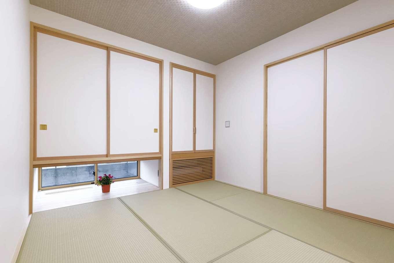 新栄住宅【趣味、自然素材、平屋】吊押入れの下に、エアコンの冷気および暖気を床下全体に行き渡らせる「SHIN-EI床下エアコン」を設置。冬は暖房の温度ムラがないので、ヒートショックのリスクも極めて少ない。床暖房より光熱費が安く、メンテナンスも楽々