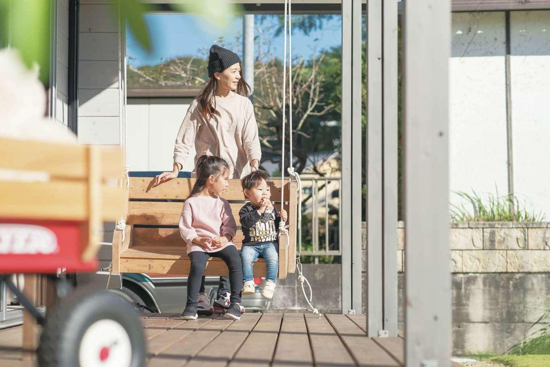BESS浜松【デザイン住宅、子育て、趣味】軒が深く、各階のテラスは居室感覚で過ごせるほど広くて開放的。特にリビングに面した1階は、家族みんなでのんびり過ごせるようにベンチや木製ブランコを設置した