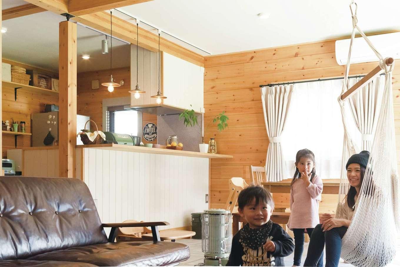 BESS浜松【デザイン住宅、子育て、趣味】1階は水回り以外すべてをLDKに。ノルディックパインの吸湿効果で、梅雨も空気はサラサラ、室内干しもすぐに乾くそう。冬は木の保温効果でポカポカだ