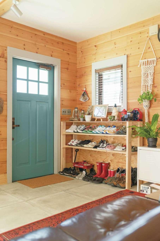 BESS浜松【デザイン住宅、子育て、趣味】靴棚は夫婦でDIY。窓周りの枠も、玄関に合わせて自分たちで塗装した