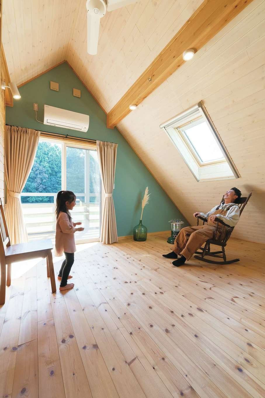 BESS浜松【デザイン住宅、子育て、趣味】「モデルハウスで2階のフリースペースの自由さに感動し、この家に決めました。冬はコタツやプロジェクターを出したいですね」そうご主人が話す横で、長女がくるくると踊る