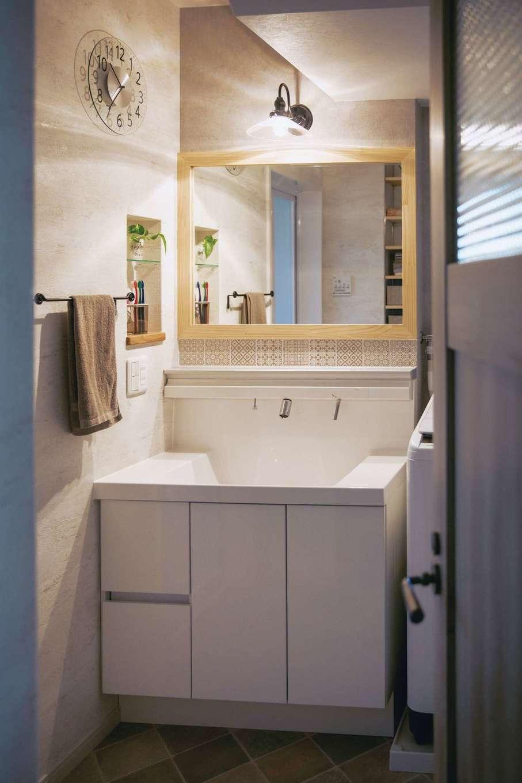 ほっと住まいる|既製の洗面台に木製鏡を組み合わせた。モザイクタイルの模様は、インドネシアの伝統的なバティック柄に