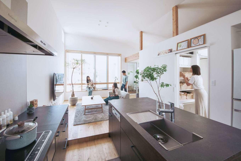 ワンズホーム【デザイン住宅、狭小住宅、建築家】テーマは「緑に囲まれた暮らし」。2階リビングにある南向きの大きな窓からは、庭の植栽が楽しめるよう設計され、部屋中にも奥さまが見立てた鉢植えが並ぶ。限られた空間を広く使うためのシンプルな内装、高い天井、厳選した家具に加え、リビングから一続きになる寝室まで効率のいい空間使いに見惚れる。愛犬が風を浴びるためのデッキテラスもあり、街中にいながら自然を感じる工夫に満ちている