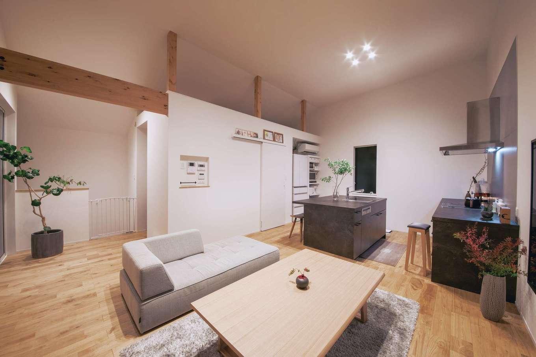 ワンズホーム【デザイン住宅、狭小住宅、建築家】夜はバーのような落ち着いた雰囲気に。2階LDKの奥に寝室があり、上部にはロフトスペースも