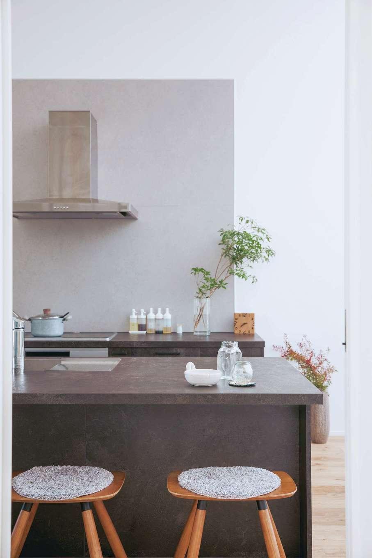 ワンズホーム【デザイン住宅、狭小住宅、建築家】家族それぞれの生活スタイルが違うため、ダイニングテーブルは置かず「グラフテクト」のカウンター付きキッチンを採用。コンクリート調の素材がモダンな印象
