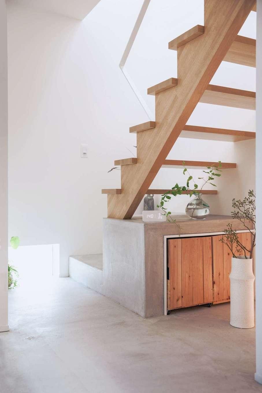 ワンズホーム【デザイン住宅、狭小住宅、建築家】玄関ホールや階段の一部は、左官職人である奥さまのお父さまが施工を担当。淡いグレーの色使いが目に優しい