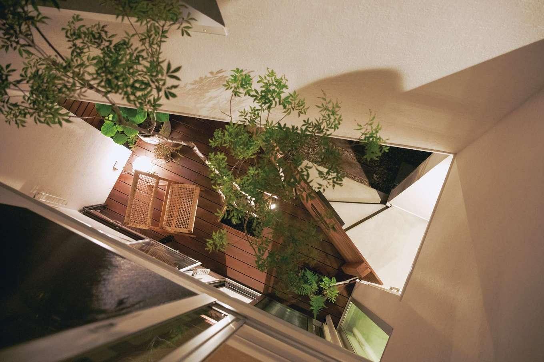 ワンズホーム【デザイン住宅、狭小住宅、建築家】2階の窓から1階のウッドデッキを見下ろせる。壁の内部も奥さまのお父さまによる塗壁だ