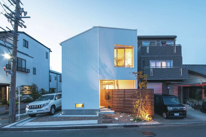 ワンズホーム【デザイン住宅、狭小住宅、建築家】1階浴室、2階リビングの外側だけ壁を2重にすることで、光を取り込みながらも視線を遮る工夫を施した