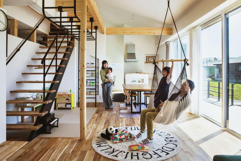ワンズホーム【デザイン住宅、子育て、建築家】吹き抜けのある勾配天井や、オープンな設計が家中に光と風を届ける。リビング中央の柱は丸く仕上げてもらったお気に入りで、子どもの身長を記録していく予定