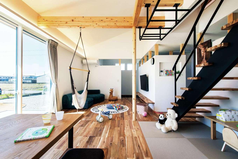 ワンズホーム【デザイン住宅、子育て、建築家】無垢アカシアの床は目にも肌にも優しい。畳コーナーには可動式のデスクが置かれ、遊び場や勉強コーナーに