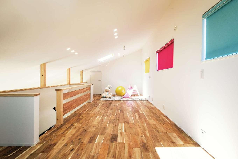 ワンズホーム【デザイン住宅、子育て、建築家】2階スペースは広々。奥さまは床に寝転んで、天窓から雲を眺めるのが大好き