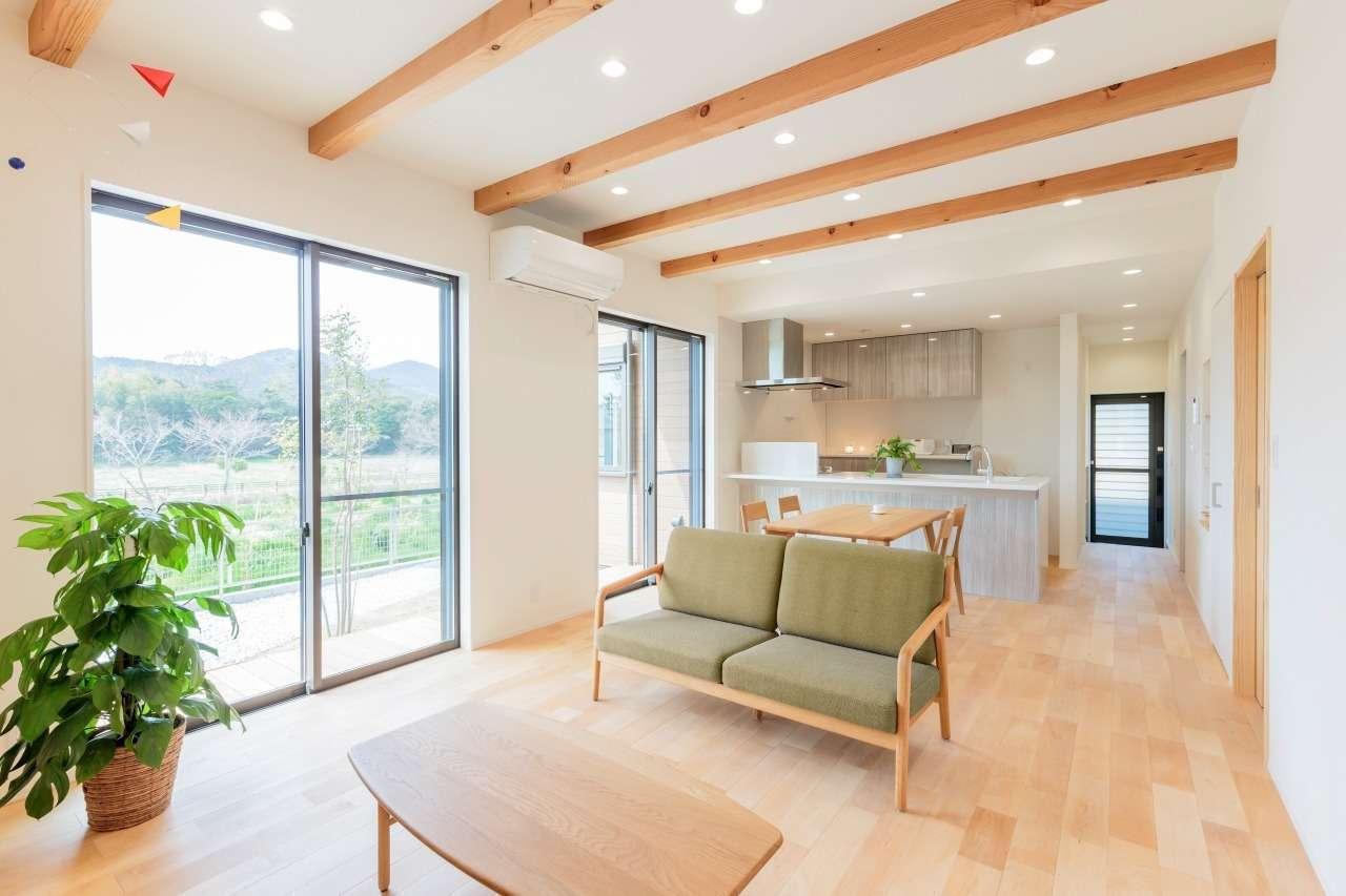 寿鉱業 ナーブの家【デザイン住宅、省エネ、間取り】大きな窓から柔らかな光が注ぐリビング。等間隔に並んだ化粧梁がアクセントとなってシンプル&ナチュラルな空間をいっそうオシャレに引き立てている