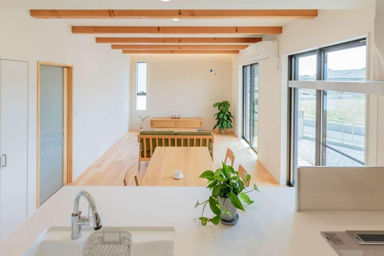 寿鉱業 ナーブの家【デザイン住宅、省エネ、間取り】対面型のオープンキッチンからは室内全体が見渡せて、家族とおしゃべりしながらクッキングを楽しめる