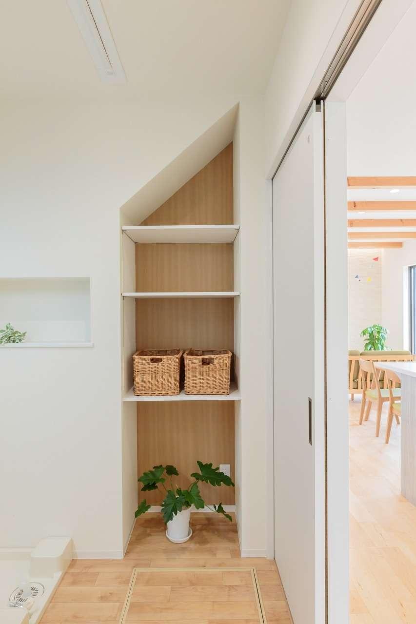 寿鉱業 ナーブの家【デザイン住宅、省エネ、間取り】階段下を有効利用した、洗面脱衣室の収納スペース。衣類や洗剤ストック、洗濯バサミなど、いろいろしまえて便利