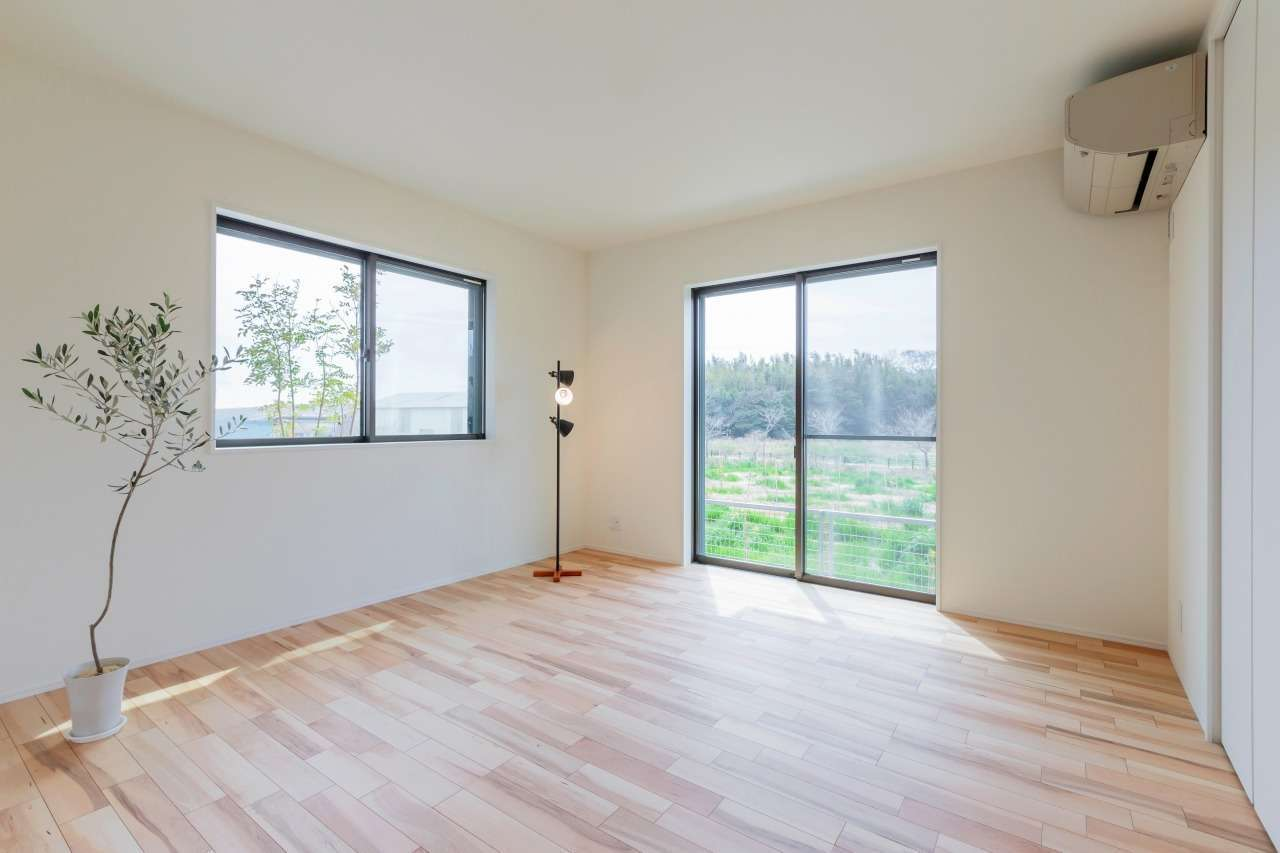 寿鉱業 ナーブの家【デザイン住宅、省エネ、間取り】お母さまの個室は日当たりと景色が良い南側に配置。壁面収納もたっぷり設けてある