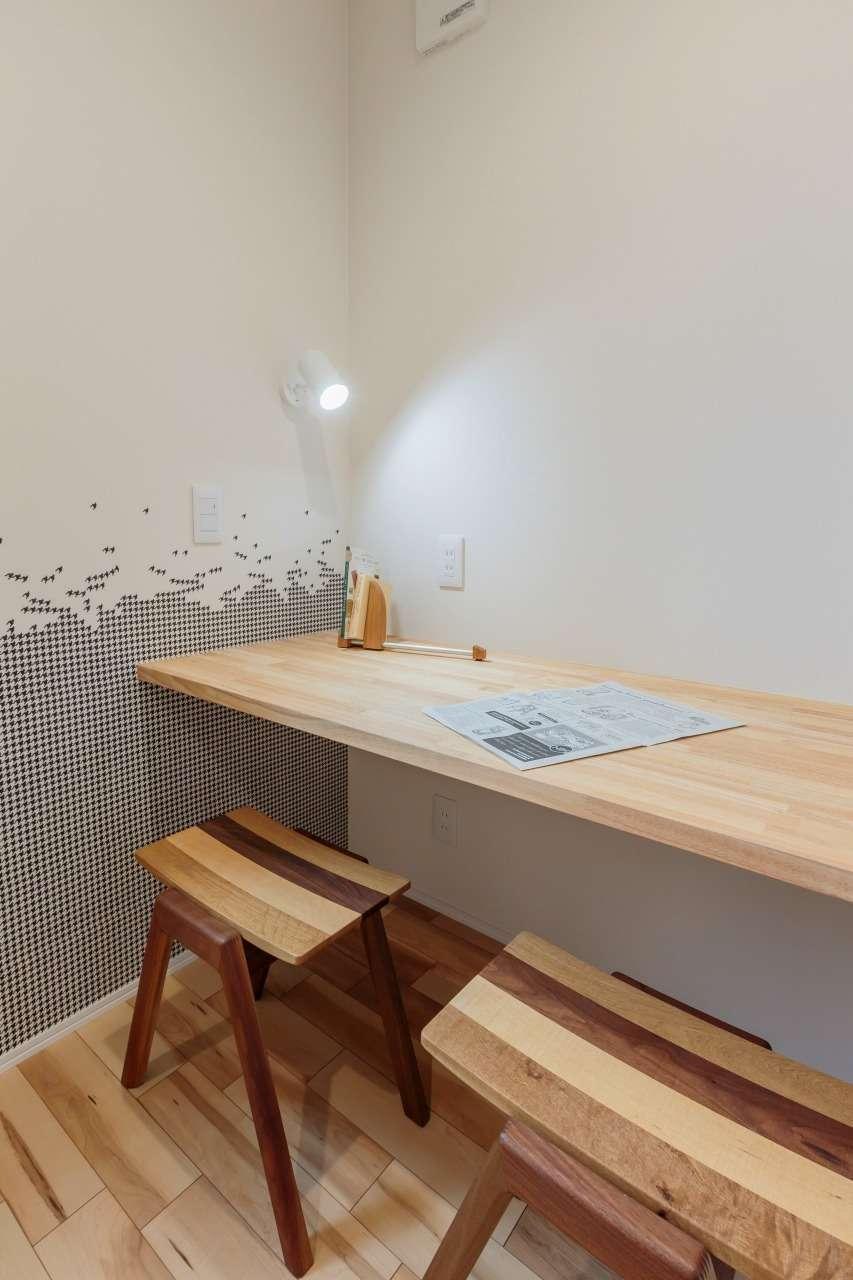 寿鉱業 ナーブの家【デザイン住宅、省エネ、間取り】2階に設けたご主人の念願の書斎スペース。コンパクトな3畳の空間が「こもり感」をもたらし、自分時間をゆったり満喫できる
