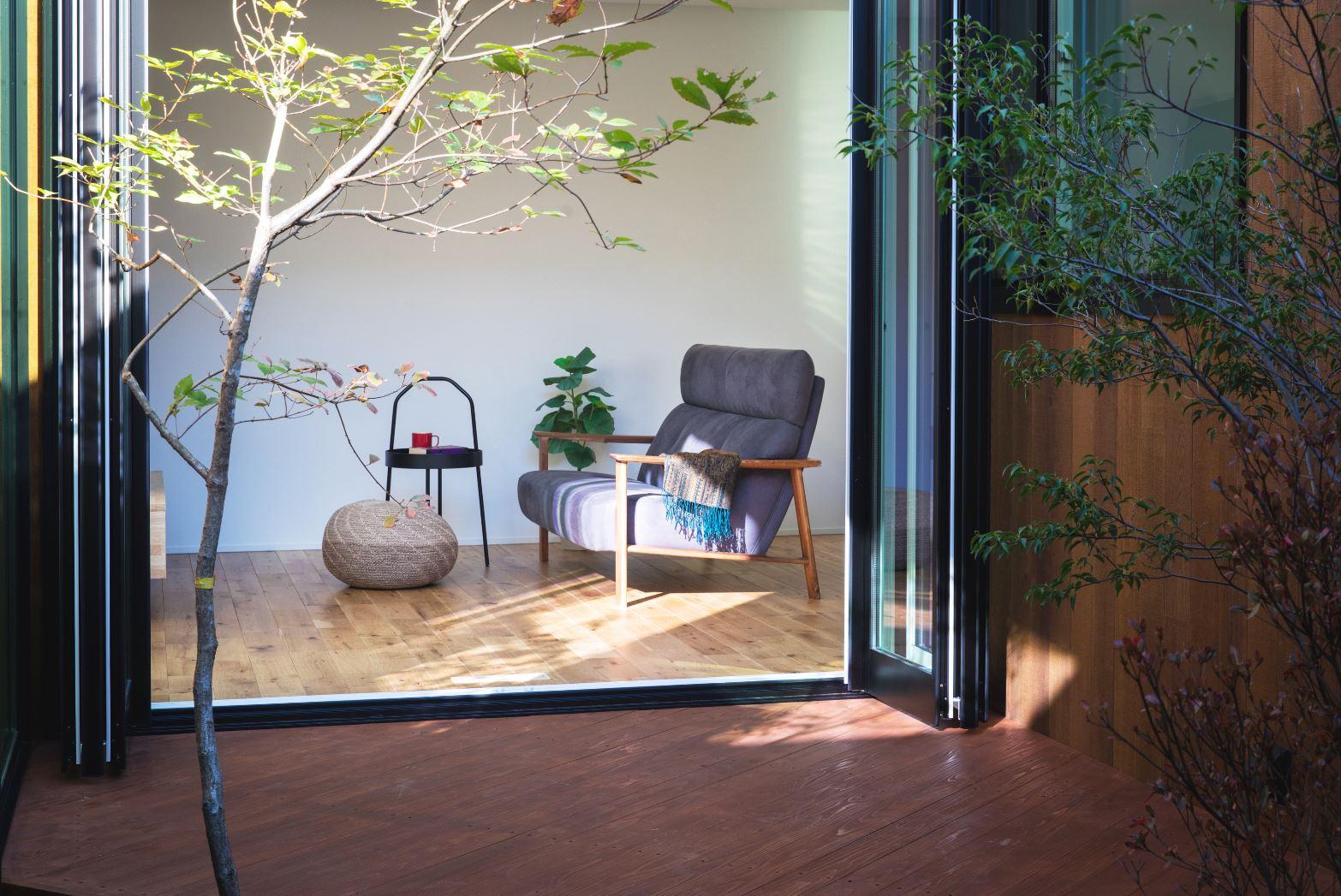 S.CONNECT(エスコネクト)【浜松市浜北区中瀬(詳しい住所はご予約後ご案内いたします)・モデルハウス】晴れた日にはフルオープンの窓を開け放って、中庭で青空ブランチ。リビングと中庭がフラットに繋がり、内から外へと開放感が広がる