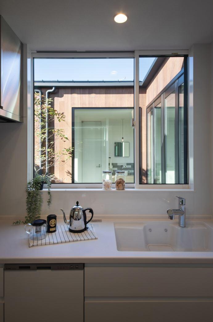 S.CONNECT(エスコネクト)【浜松市浜北区中瀬(詳しい住所はご予約後ご案内いたします)・モデルハウス】キッチン正面には窓があり、庭の景色を眺めながら作業ができるので、料理を作るのがいっそう楽しくなる