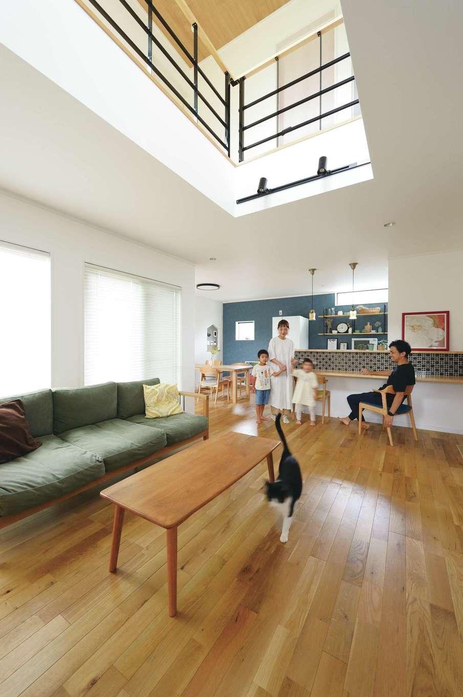 アイフルホーム 掛川店【デザイン住宅、子育て、間取り】サイズが大きくなりがちな二世帯住宅の場合、「光をどう取り込むか」が課題。そこで各世帯のLDKが面する中庭をつくり、庭を望む窓を大きく設計した。特に子世帯は、吹抜け越しに2階の窓からも光が差し込み、いつも明るく伸びやかな雰囲気が漂う。エアコン1台で家中が快適になる全館空調の力により、床下まで心地いい空気が循環する